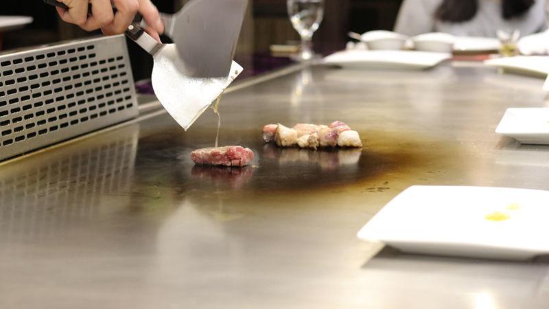 五都_炫鐵板燒_牛肉烹調中.jpg