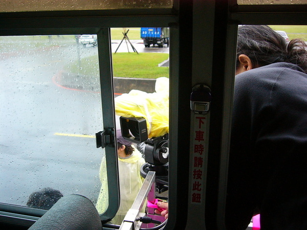 公車啟動了