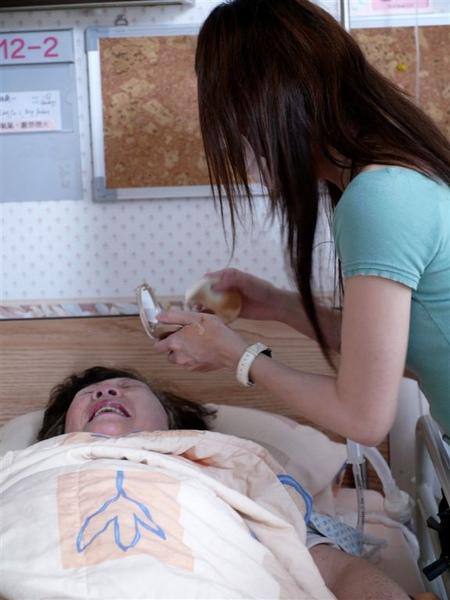 昏迷的阿嬤、微笑的臉
