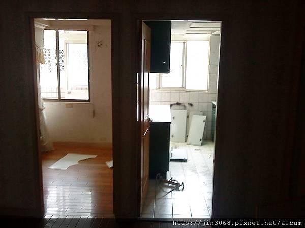 A002拆除前兒童房與廚房.JPG