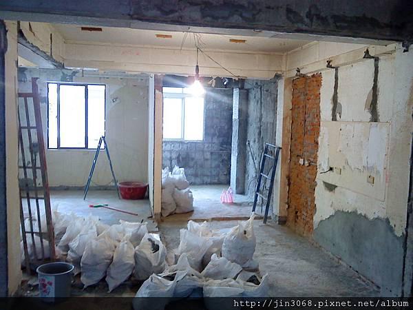 A006拆除後客廳往廚方拍的角度.JPG