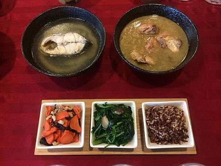 午餐: 麻油雞、鱸魚湯、紅白糙米飯、香菇波菜、木耳胡蘿蔔炒肉絲