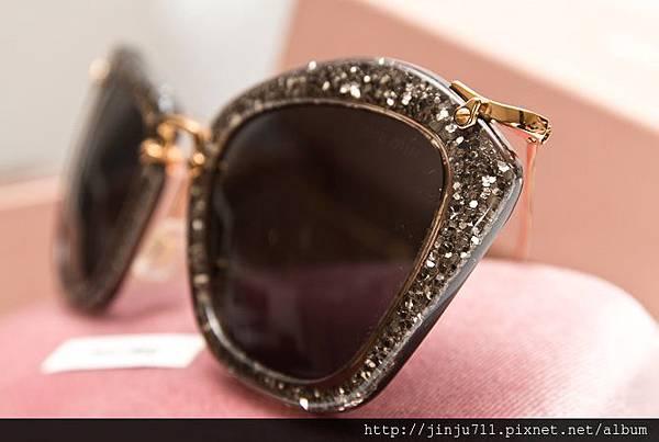 MIU MIU 超模-米蘭達柯兒(miranda kerr)性感貓眼墨鏡款MIU MIU 超模-米蘭達柯兒(miranda kerr)性感貓眼墨鏡款