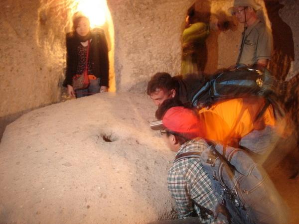 三個男生合力要搬動石板門...當然是搬不動啊.J