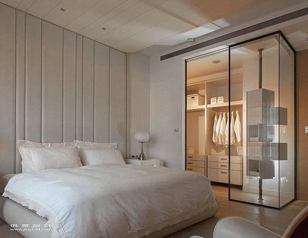明亮浪漫的主臥房,玻璃隔間的更衣室,搭配暖黃光源,增加空間的縱深與採光。.jpg