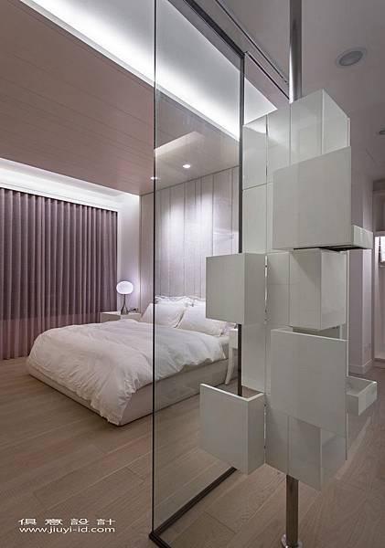 明亮浪漫的主臥房,以白淨簡約為主要基調。.jpg