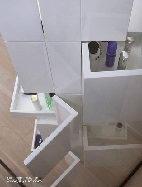 鋼琴烤漆的「直立式旋轉化妝櫃」藉不規則的收納設計。.jpg