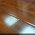 鋼琴面拍立扣-紅檀香-側面照5三塊木板集合的接縫-超耐磨木地板/強化木地板