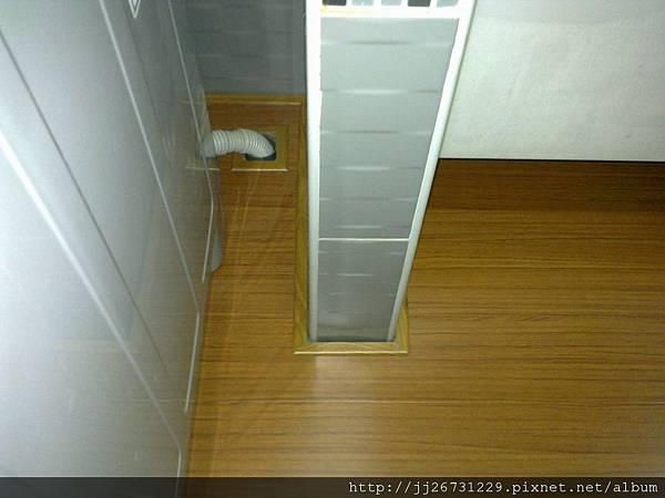 20111205450-1施工後 洗衣機排水孔-新拍柚木.jpg