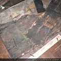 P1100027拆除潮濕發黑舊木地板.JPG