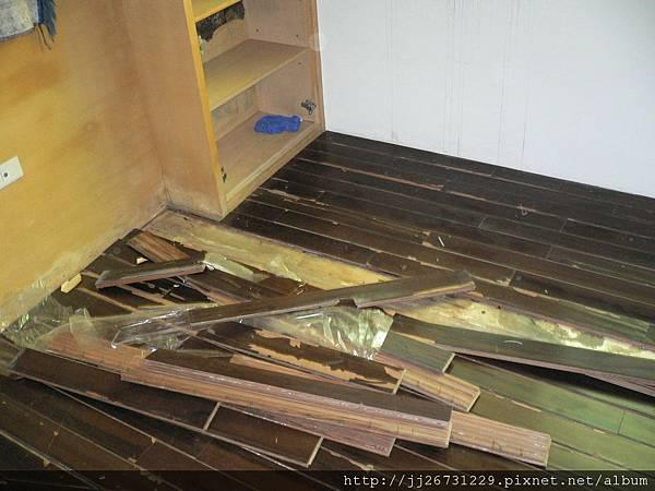 P1100423拆除老舊海島木地板.JPG