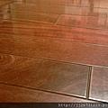 簡約無縫木地板-歐洲白橡-11101001施工前 熱賬冷縮的實木地板縫隙-八里 超耐磨木地板/強化木地板