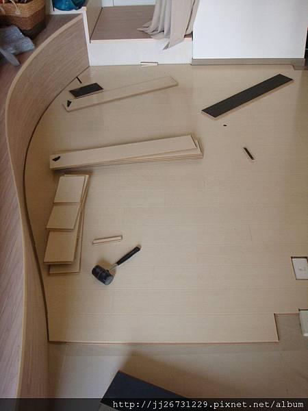 鋼琴面拍立扣-瑞士白橡-20120301-02客廳-01波浪8-超耐磨木地板/強化木地板
