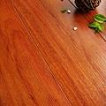 超耐磨強化木地板-長板中浮雕12mm-美洲紅檀06.jpg
