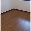 無縫簡約-原色柚木-超耐磨木地板-次臥 (4).jpg