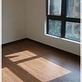 無縫簡約-原色柚木-超耐磨木地板 -主臥(4).jpg