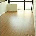 無縫抗潮浮雕系列-直紋橡木-三峽北大-超耐磨木地板-次臥1-5.jpg