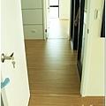 無縫抗潮浮雕系列-直紋橡木-三峽北大-超耐磨木地板-次臥1-6.jpg
