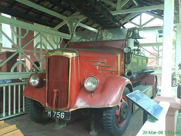 博物馆外看到的古董车
