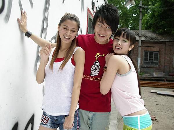 發稿5-廠商特別安排2名女模讓JJ左擁右抱.JPG