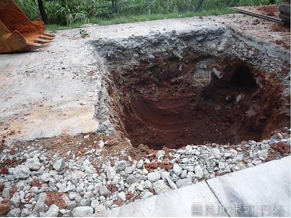 整條挖下去,切面可見水泥舖層和路基