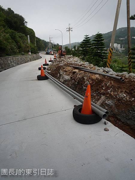地基的紅土應該是在墊高吧?左側是已換新的路面。