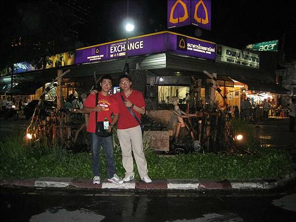 曼谷最大夜市合照.jpg