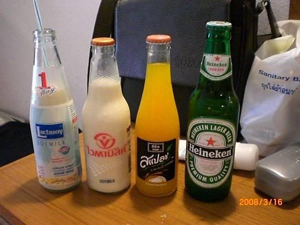 086.泰國全家買的超便宜飲料,由左到右10.13塊的豆漿(必買)13塊的柳橙汁39塊的海尼根