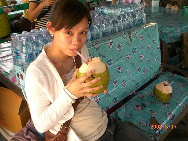 121.看完馬上到對面的小攤喝椰子汁
