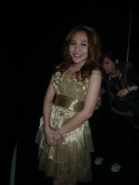 金色小洋裝很重