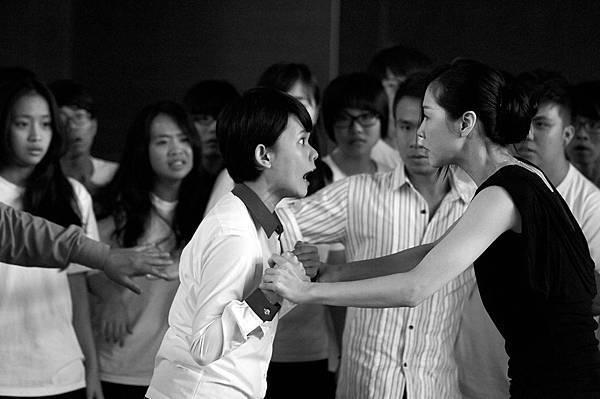 正式預告-《時下暴力》女主、女配大禮堂爭執片段 (李劭婕、謝盈萱飾).jpg