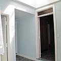從後門照進屋子(右側就是走進去飯廳,最左邊是廁所門)).JPG