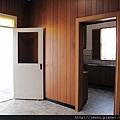 飯廳通到廚房(右側的門框進去)和飯廳的後門(通到後面的洗衣間和廁所).JPG