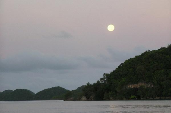 即將落下的月亮