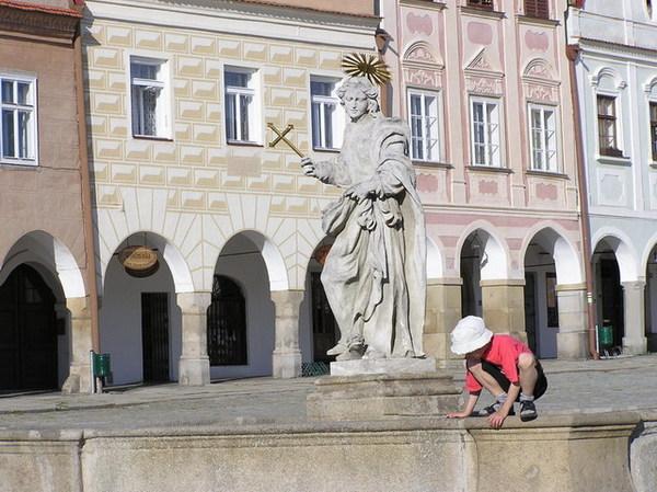 小孩與噴泉