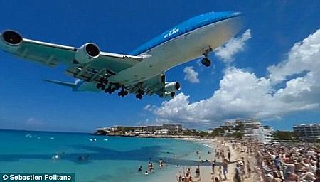 最驚險機場!觀光客體驗飛機從頭頂掃過的快感!