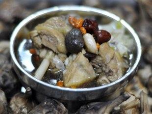 黑晶蒜雞湯