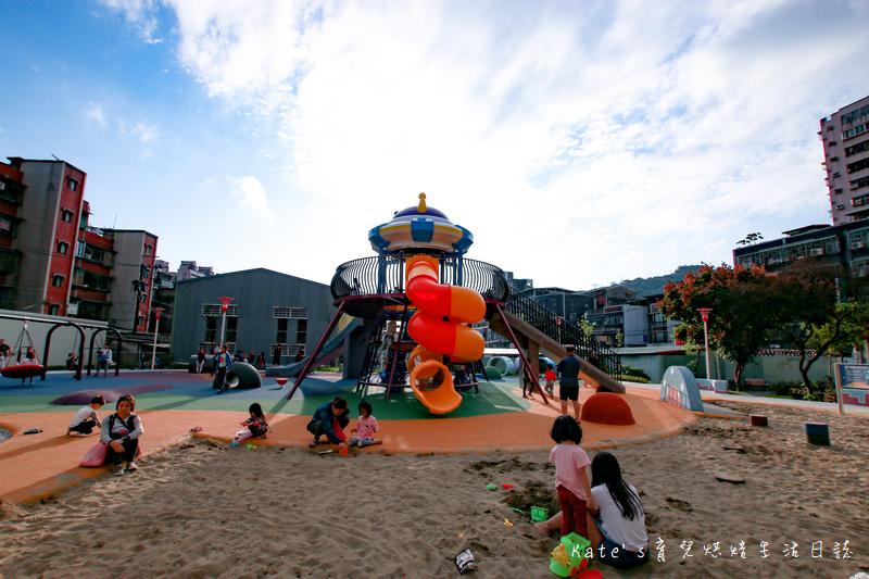 樹林東昇公園 星際探險主題公園 新北市主題公園 東昇公園有什麼 外星人造型立體攀爬網3.jpg