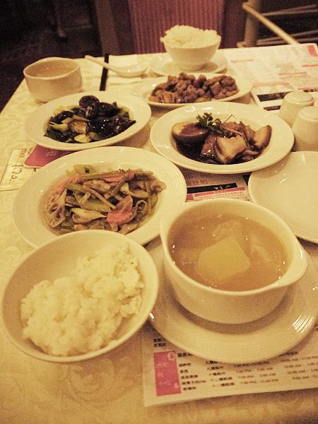王朝餐廳用餐
