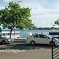 飯店門口一過馬路,就是碼頭了