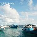 藍色和白色的多尼船和藍天白雲相映成趣