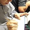 路易士正在填寫馬爾地夫的入境表格