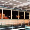 船艙內部,兩排鐵架中間是擺放行李的,乘客坐在旁邊的長