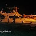 機場碼頭夜色,旁邊停了幾艘遊艇