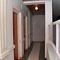 二樓的長廊盡頭,是我們房間