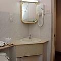 浴室,鏡子旁的吹風機,長得很像吸塵器