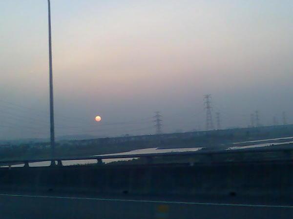 路邊的夕陽又大又圓呀。