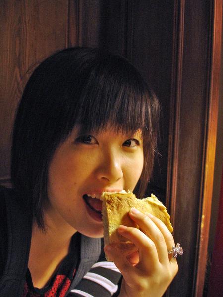 940啃麵包裝口愛
