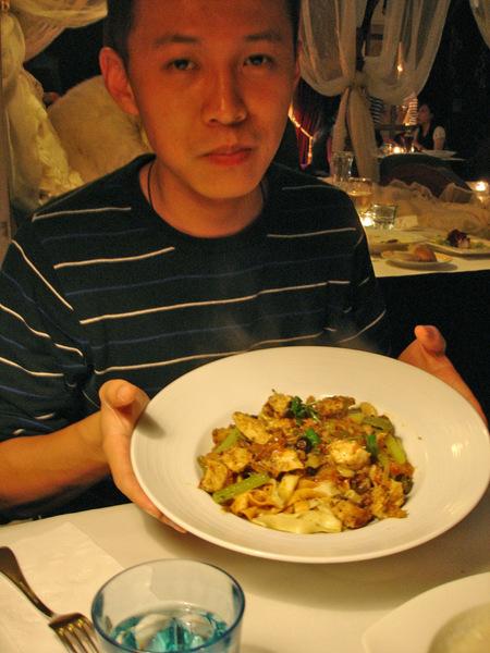 勝的主食:【什麼辣味蕩婦雞肉三色麵】的。