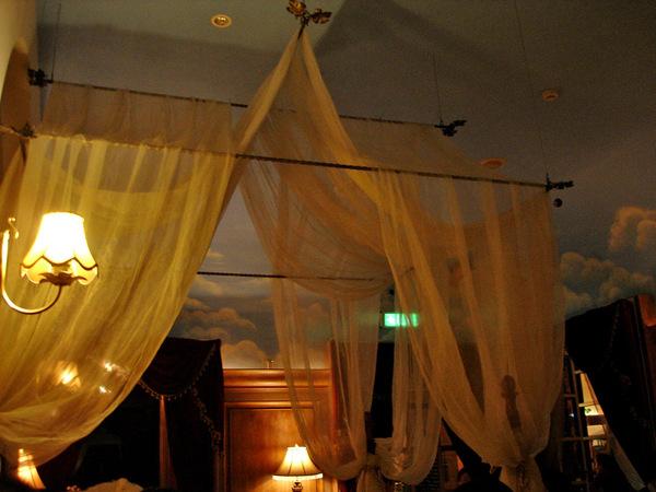 """餐廳一角。(床上的罩紗.俗稱""""蚊帳"""")"""
